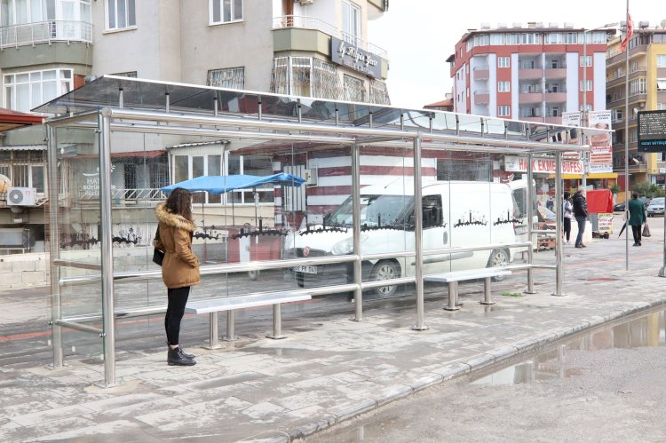 Yeni otobüs durakları montaj edildi